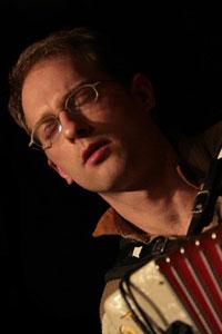 Cyrille, au sax, à  l'accordéon et au banjo